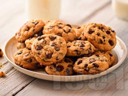 Домашни хрупкави бисквити с парченца шоколад - снимка на рецептата